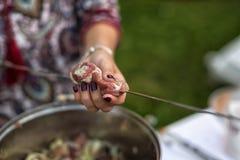 Θηλυκό οβελίδιο κρέατος χεριών Στοκ φωτογραφία με δικαίωμα ελεύθερης χρήσης
