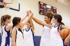 Θηλυκό ομάδα μπάσκετ γυμνασίου που διοργανώνει τη συζήτηση ομάδας Στοκ εικόνα με δικαίωμα ελεύθερης χρήσης