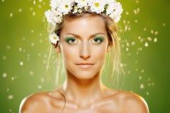 Θηλυκό ομορφιάς με το άσπρο στεφάνι λουλουδιών στοκ εικόνες