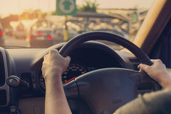 Θηλυκό οδηγώντας αυτοκίνητο εκλεκτής ποιότητας φίλτρο στοκ φωτογραφίες με δικαίωμα ελεύθερης χρήσης