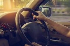 Θηλυκό οδηγώντας αυτοκίνητο εκλεκτής ποιότητας φίλτρο στοκ εικόνα με δικαίωμα ελεύθερης χρήσης