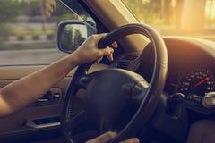 Θηλυκό οδηγώντας αυτοκίνητο στο δρόμο με το φως του ήλιου εκλεκτής ποιότητας φίλτρο στοκ φωτογραφία με δικαίωμα ελεύθερης χρήσης