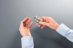 Θηλυκό παίρνοντας χάπι από τη φουσκάλα Στοκ Φωτογραφία