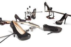 Θηλυκό παπούτσι και μουσικά όργανα διεσπαρμένα Στοκ φωτογραφία με δικαίωμα ελεύθερης χρήσης
