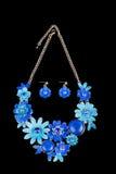 Θηλυκό περιδέραιο μετάλλων υπό μορφή λουλουδιών απεικόνιση αποθεμάτων