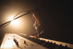 Θηλυκό πιάνο παιχνιδιού τραγουδιστών αποδίδοντας στη συναυλία μουσικής στοκ φωτογραφία