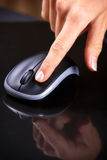 Θηλυκό ποντίκι κρότου χεριών στοκ φωτογραφία με δικαίωμα ελεύθερης χρήσης