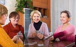 Θηλυκό που έχει τη διασκέδαση με τις κάρτες Στοκ Φωτογραφία
