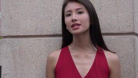Θηλυκό που ακούει και που μιλά απόθεμα βίντεο