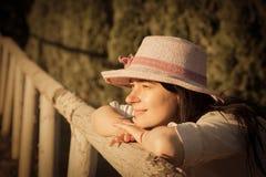 Θηλυκό που απολαμβάνει το ηλιοβασίλεμα Στοκ φωτογραφία με δικαίωμα ελεύθερης χρήσης