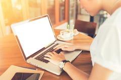 Θηλυκό που εργάζεται στο lap-top σε έναν καφέ Στοκ Φωτογραφία
