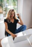 Θηλυκό που εργάζεται στο lap-top στο σπίτι Στοκ Φωτογραφία