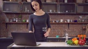 Θηλυκό που κουβεντιάζει στο κοινωνικό καθαρό PC χρήσης μόνο στο επίπεδο φιλμ μικρού μήκους