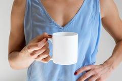 Θηλυκό που κρατά μια κούπα καφέ, ορισμένη φωτογραφία προτύπων αποθεμάτων Στοκ Εικόνα