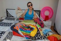 Θηλυκό που παίρνει έτοιμο για το ταξίδι Νέες βαλίτσες συσκευασίας γυναικών στο πάτωμα στο σπίτι Στοκ φωτογραφία με δικαίωμα ελεύθερης χρήσης