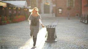 Θηλυκό που ρίχνει το κενό φλυτζάνι καφέ στα απορρίμματα στην οδό στην πόλη, σε έναν άνετο καφέ υποβάθρου απόθεμα βίντεο