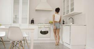 Θηλυκό που χορεύει στην κουζίνα απόθεμα βίντεο