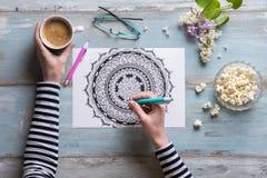 Θηλυκό που χρωματίζει το ενήλικο χρωματίζοντας βιβλίο, έννοια mindfulness Στοκ Φωτογραφίες
