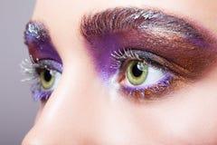 Θηλυκό πράσινο μάτι χρώματος φυστικιών με το ιώδες πορφυρό μάτι βραδιού Στοκ Εικόνα