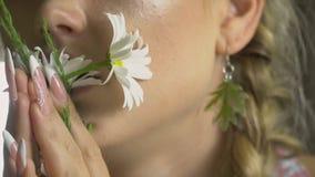 Θηλυκό πρόσωπο με τις μαργαρίτες στα χείλια φιλμ μικρού μήκους