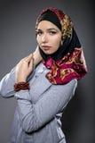 Θηλυκό πρότυπο που φορά ένα κόκκινο Hijab Στοκ Εικόνες