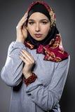 Θηλυκό πρότυπο που φορά ένα κόκκινο Hijab Στοκ φωτογραφία με δικαίωμα ελεύθερης χρήσης