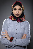 Θηλυκό πρότυπο που φορά ένα κόκκινο Hijab Στοκ εικόνα με δικαίωμα ελεύθερης χρήσης