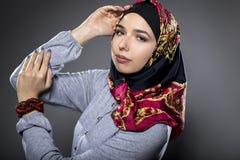 Θηλυκό πρότυπο που φορά ένα κόκκινο Hijab Στοκ Εικόνα