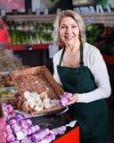 Θηλυκό πωλώντας σκόρδο εργαζομένων Στοκ φωτογραφία με δικαίωμα ελεύθερης χρήσης