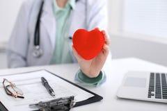 θηλυκό στηθοσκόπιο εκμ&eps Ο καρδιο θεραπευτής, παθολόγος κάνει καρδιακό φυσικό, measu ποσοστού καρδιών Στοκ Εικόνα