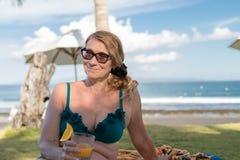 Θηλυκό στον πράσινο τομέα χλόης κοντά στην παραλία του τροπικού νησιού του Μπαλί, Ινδονησία Στοκ φωτογραφία με δικαίωμα ελεύθερης χρήσης