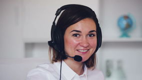 Θηλυκό στο κλήση-κέντρο απόθεμα βίντεο