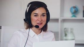Θηλυκό στο κλήση-κέντρο φιλμ μικρού μήκους
