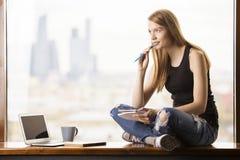 Θηλυκό στο windowsill στοκ φωτογραφία με δικαίωμα ελεύθερης χρήσης