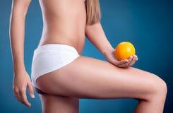 Θηλυκό σώμα ομορφιάς με το πορτοκάλι υγιής τρόπος ζωής έννοιας Στοκ εικόνες με δικαίωμα ελεύθερης χρήσης