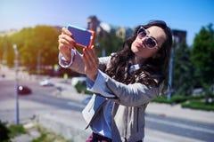 Θηλυκό της Νίκαιας που παίρνει selfie μπροστά από το πανόραμα πόλεων Στοκ εικόνες με δικαίωμα ελεύθερης χρήσης