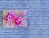 Θηλυκό τυλιγμένο δώρο Στοκ Φωτογραφίες