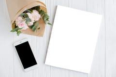 Θηλυκό υπόβαθρο με το smartphote, τα τριαντάφυλλα και το MO κάλυψης περιοδικών Στοκ εικόνα με δικαίωμα ελεύθερης χρήσης