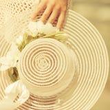 Θηλυκό χέρι κινηματογραφήσεων σε πρώτο πλάνο με το καπέλο Στοκ Εικόνες