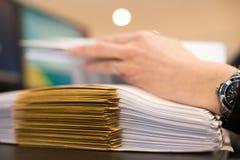 Θηλυκό χέρι με τα αρχεία ή τους φακέλους Στοκ εικόνες με δικαίωμα ελεύθερης χρήσης