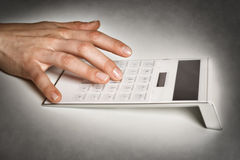 Θηλυκό χέρι με τον υπολογιστή στοκ εικόνες