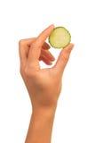 Θηλυκό χέρι με το αγγούρι Στοκ εικόνες με δικαίωμα ελεύθερης χρήσης