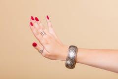 Θηλυκό χέρι με το μανικιούρ και armlet Στοκ εικόνες με δικαίωμα ελεύθερης χρήσης