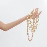 Θηλυκό χέρι με το χρυσό κόσμημα στοκ φωτογραφία
