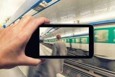 Θηλυκό χέρι με το smartphone που παίρνει μια εικόνα του μετρό STAT του Παρισιού Στοκ φωτογραφίες με δικαίωμα ελεύθερης χρήσης