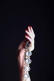 Θηλυκό χέρι ομορφιάς με το κόσμημα στοκ εικόνες με δικαίωμα ελεύθερης χρήσης