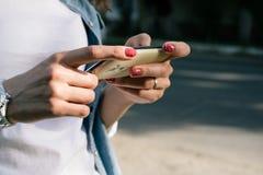Θηλυκό χέρι που κρατά ένα τηλέφωνο κυττάρων υπαίθρια Στοκ Φωτογραφία