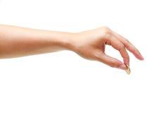 Θηλυκό χέρι που κρατά ένα χρυσό νόμισμα Στοκ φωτογραφία με δικαίωμα ελεύθερης χρήσης