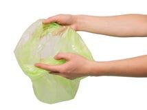 Θηλυκό χέρι που κρατά την κενή τσάντα απορριμάτων στο άσπρο υπόβαθρο Στοκ εικόνες με δικαίωμα ελεύθερης χρήσης