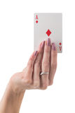 Θηλυκό χέρι που παρουσιάζει άσσο της κάρτας διαμαντιών Στοκ φωτογραφία με δικαίωμα ελεύθερης χρήσης